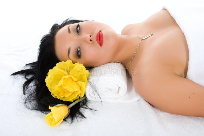 Aantrekkelijke vrouw die kuuroordbehandeling krijgt royalty-vrije stock foto