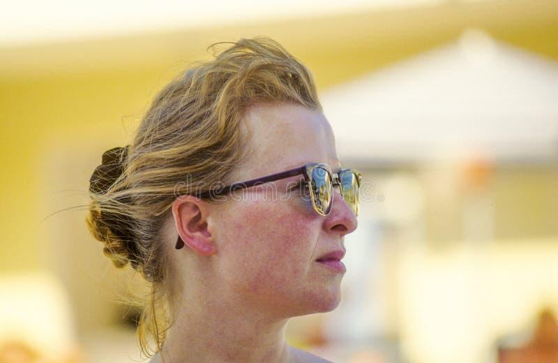 Aantrekkelijke vrouw die met zonnebril koel kijken stock afbeeldingen