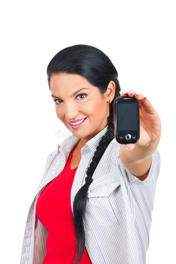 Aantrekkelijke vrouw die mobiele telefoon aanbiedt stock afbeeldingen