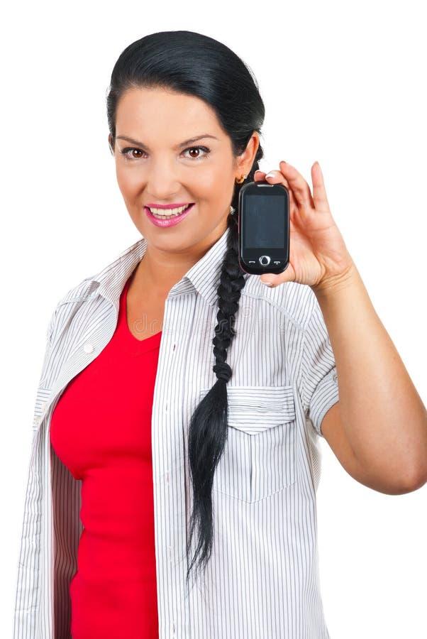 Aantrekkelijke vrouw die mobiele telefoon toont stock fotografie