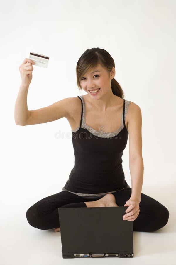 Aantrekkelijke vrouw die online winkelt royalty-vrije stock afbeeldingen