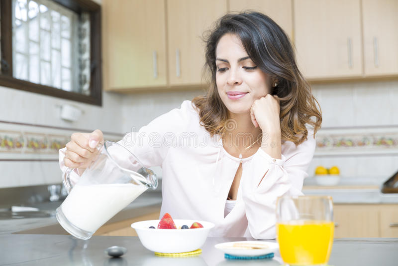 Aantrekkelijke vrouw die ontbijt hebben stock fotografie