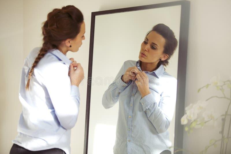 Aantrekkelijke vrouw die overhemd dragen stock afbeelding