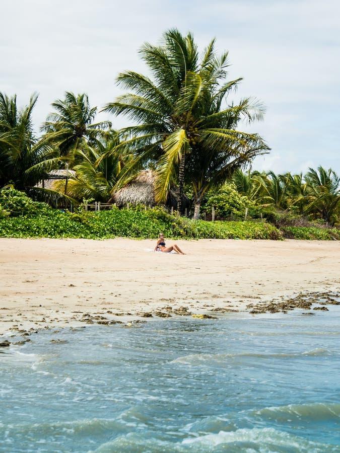Aantrekkelijke vrouw die strand van mening op een de zomerdag genieten royalty-vrije stock foto