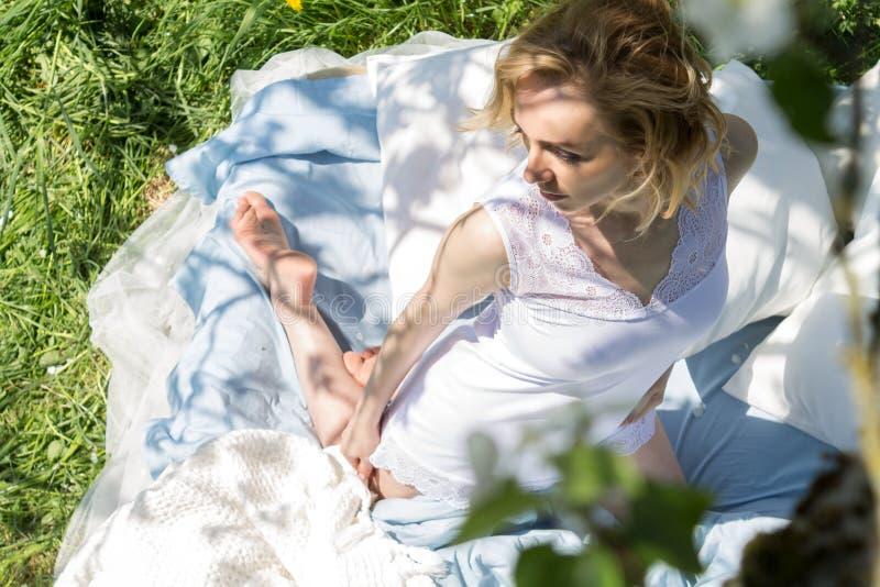 Aantrekkelijke Vrouw die van de Zon in de Tuin genieten royalty-vrije stock foto