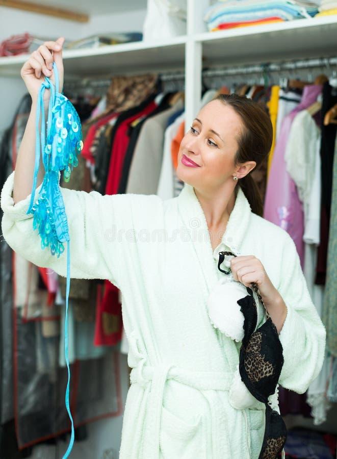 Aantrekkelijke vrouw die verleidelijk ondergoed kiezen royalty-vrije stock afbeelding