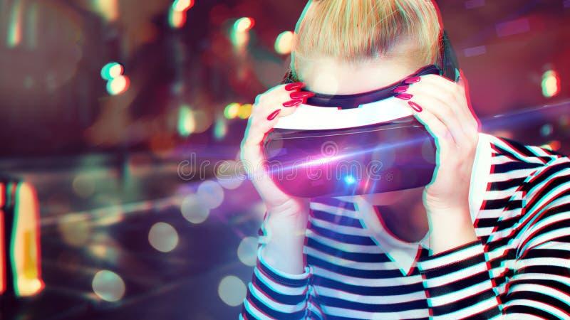 Aantrekkelijke vrouw die virtuele werkelijkheidsglazen dragen VR hoofdtelefoon Ongebruikelijke dubbele blootstellings virtuele we stock foto