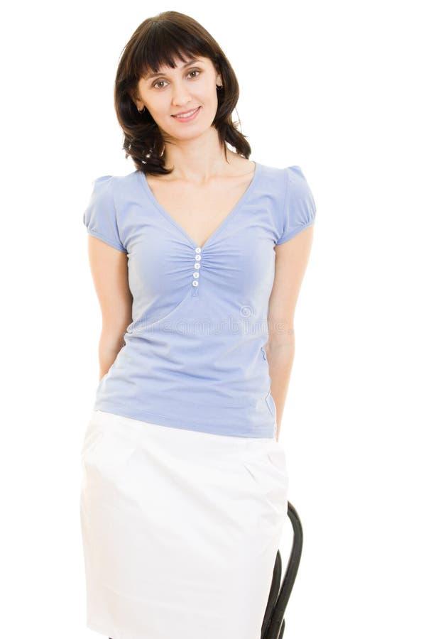 Aantrekkelijke vrouw in een blauw overhemd en een witte rok stock fotografie