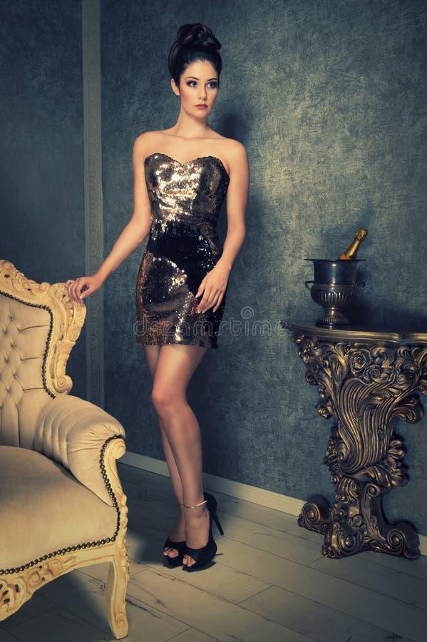 Aantrekkelijke vrouw in een glanzende kleding stock fotografie