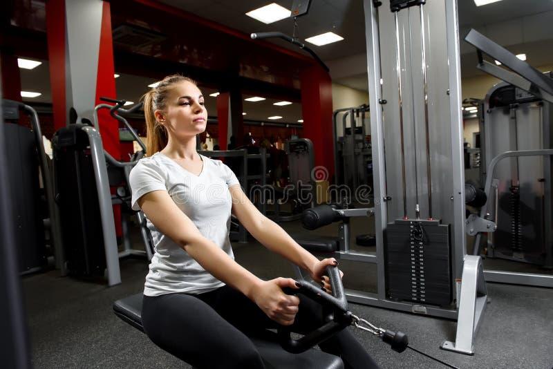 Aantrekkelijke vrouw in een gymnastiek die actief uitwerken stock foto's