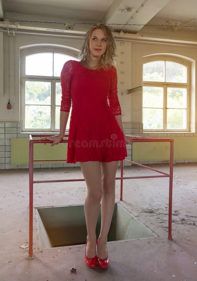 Aantrekkelijke vrouw in een oude fabriek stock afbeeldingen