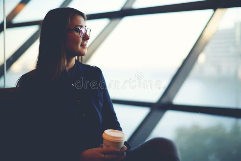 Aantrekkelijke vrouw het drinken koffie en het wachten van haar echtgenoot royalty-vrije stock foto's