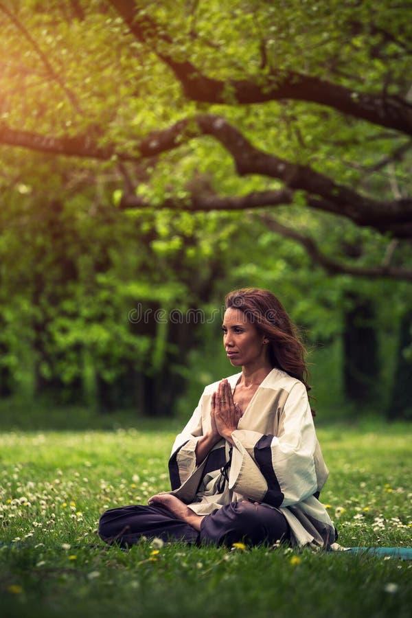 Aantrekkelijke vrouw het praktizeren yoga in aard stock fotografie