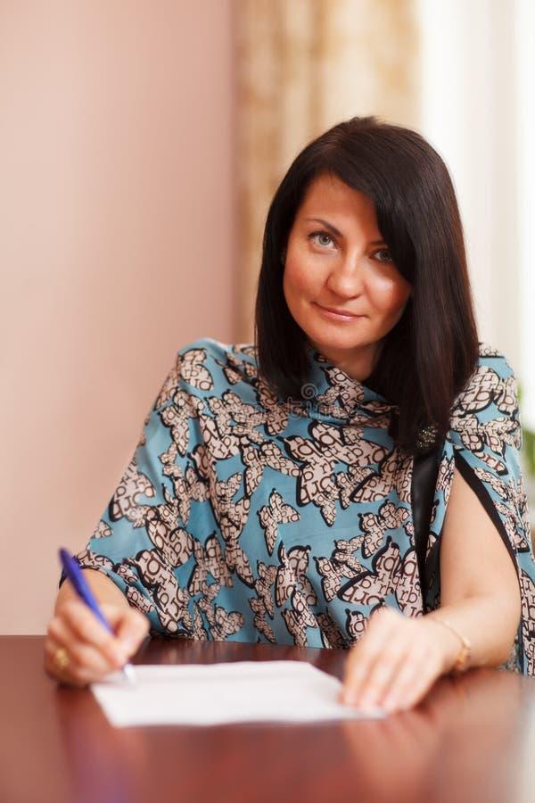 Aantrekkelijke vrouw het schrijven nota's stock foto's