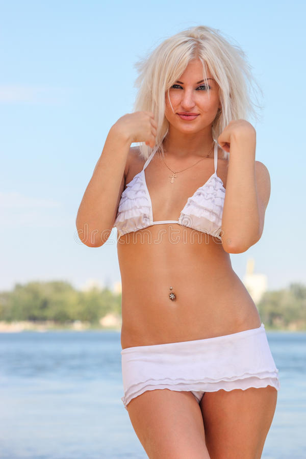 Aantrekkelijke vrouw in het zwempak stock foto