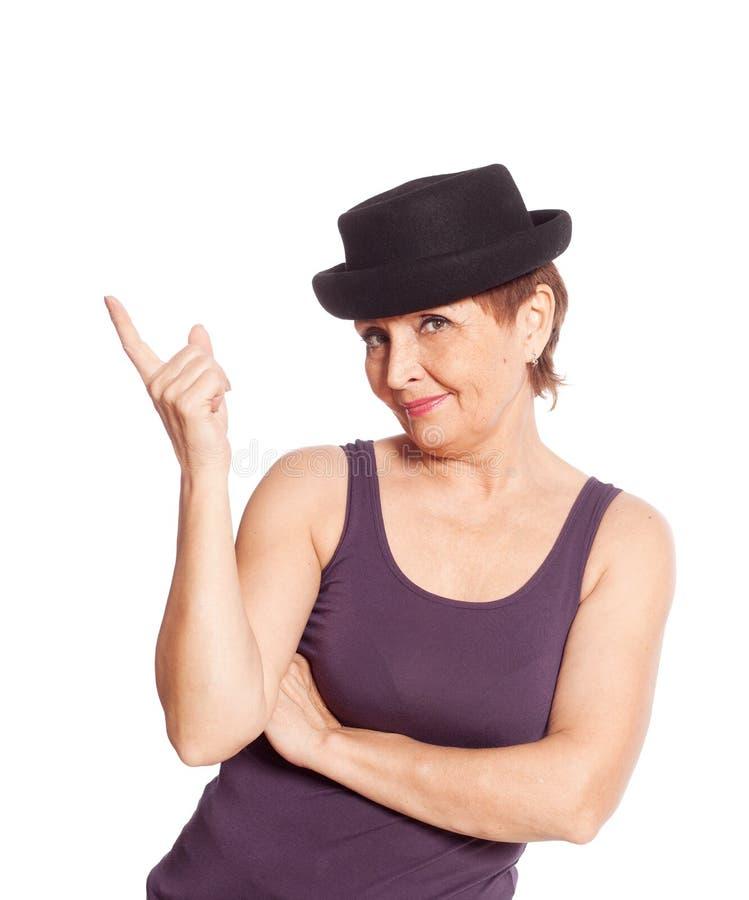 Aantrekkelijke vrouw 50 jaar in het zwarte hoed glimlachen stock foto