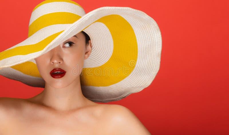 Aantrekkelijke vrouw met de zomerhoed stock afbeelding