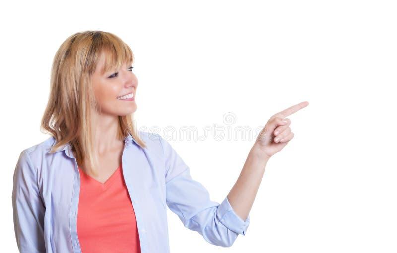 Aantrekkelijke vrouw met donkere en ogen die zijdelings eruit zien richten stock fotografie