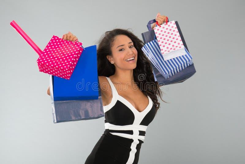 Aantrekkelijke vrouw met het winkelen zakken stock fotografie