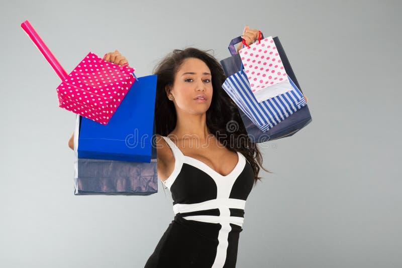 Aantrekkelijke vrouw met het winkelen zakken stock foto