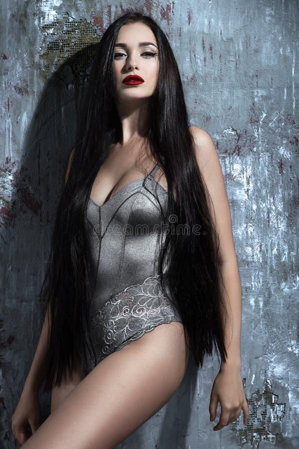 Aantrekkelijke vrouw met lang donker haar royalty-vrije stock afbeeldingen