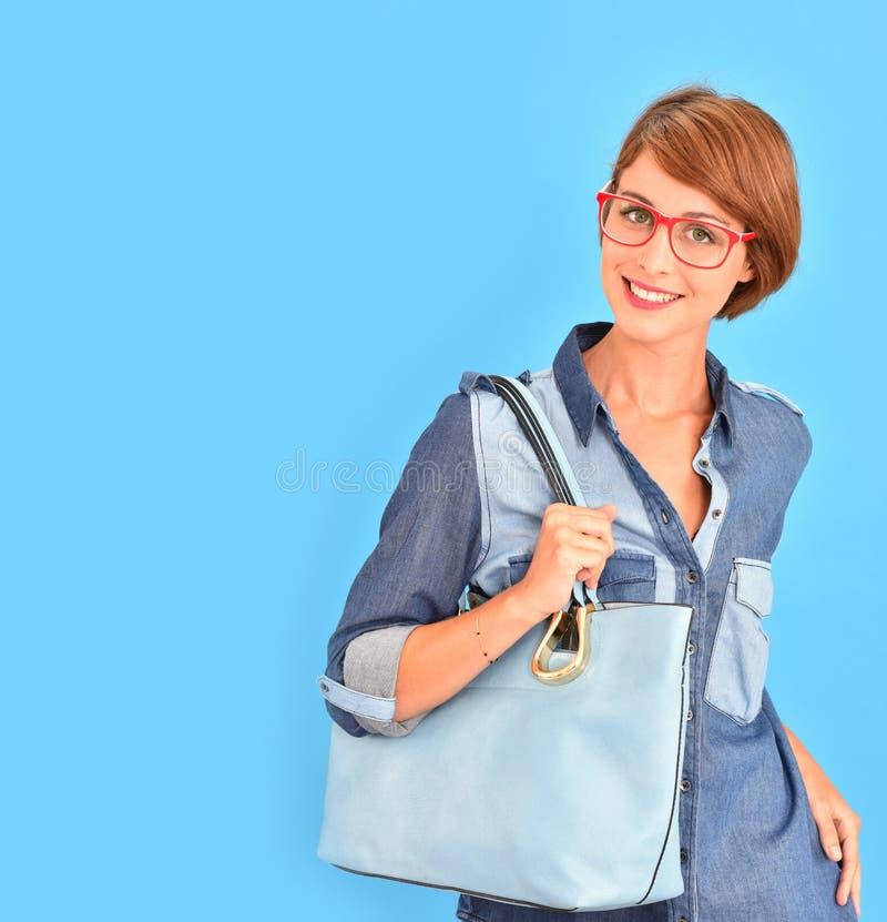 Aantrekkelijke in vrouw met leerzak en glazen royalty-vrije stock afbeelding