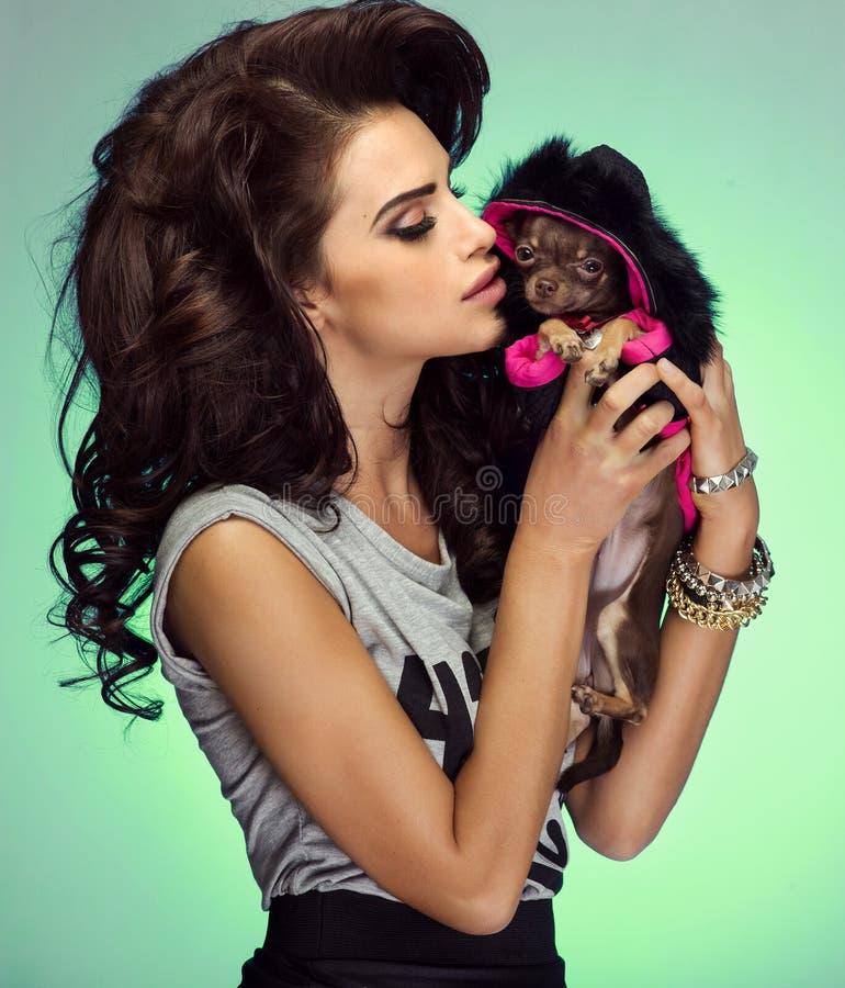 Aantrekkelijke vrouw met puppy stock foto