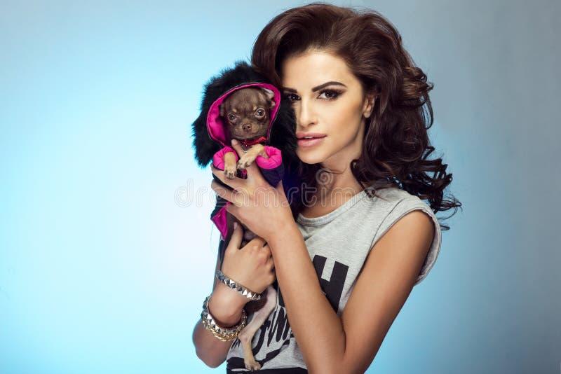 Aantrekkelijke vrouw met puppy royalty-vrije stock foto's
