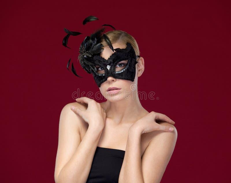 Aantrekkelijke vrouw met zwart masker royalty-vrije stock foto's