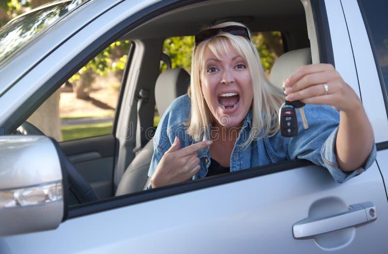 Aantrekkelijke Vrouw in Nieuwe Auto met Sleutels