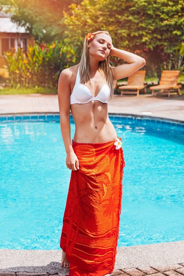 Aantrekkelijke vrouw op de strandtoevlucht stock foto's