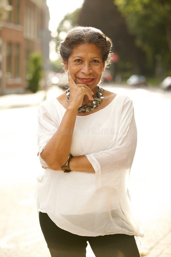 Aantrekkelijke vrouw op middelbare leeftijd in een straat royalty-vrije stock foto