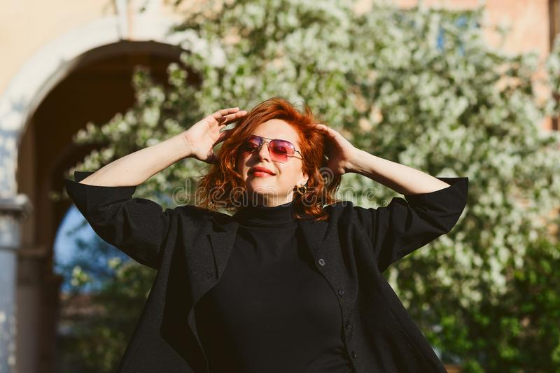 Aantrekkelijke vrouw op middelbare leeftijd in openlucht stock foto's