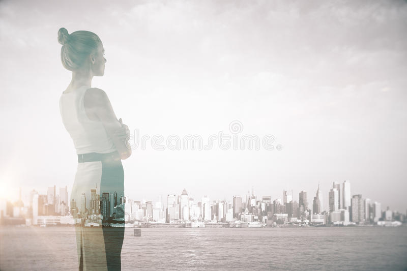 Aantrekkelijke vrouw op stadsachtergrond stock fotografie