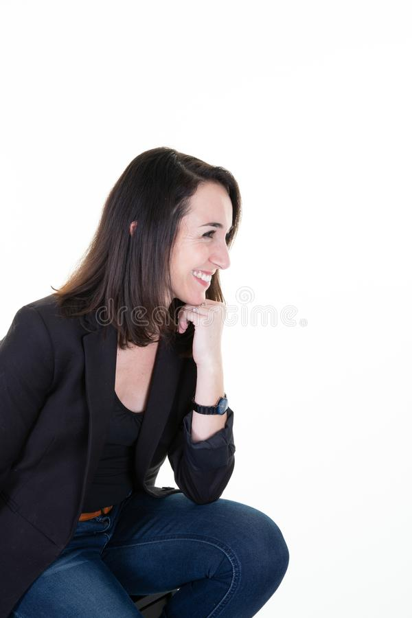 Aantrekkelijke vrouw in profiel zijaanzicht met een stralende glimlach en copyspce stock fotografie