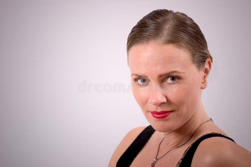 Aantrekkelijke vrouw in slim kapsel royalty-vrije stock afbeeldingen