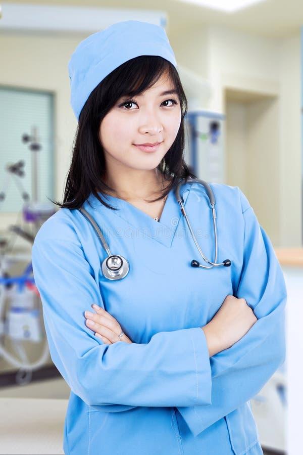 Download Aantrekkelijke Vrouwelijke Chirurg Stock Foto - Afbeelding bestaande uit bureau, mooi: 39112522