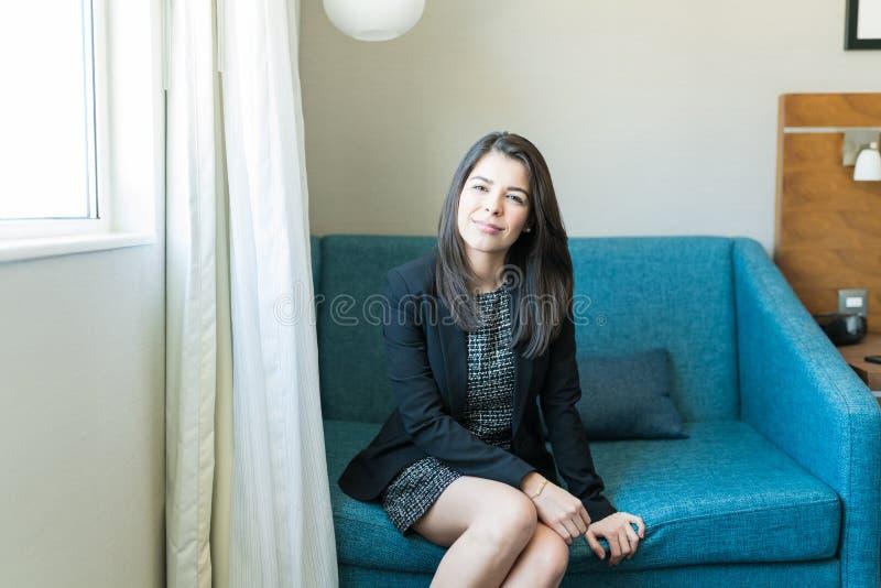 Aantrekkelijke Vrouwelijke Professionele Zitting in Hotelzaal royalty-vrije stock fotografie