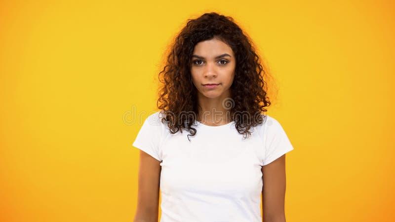 Aantrekkelijke vrouwelijke student op oranje achtergrond, stedelijke stijl, natuurlijke schoonheid stock fotografie