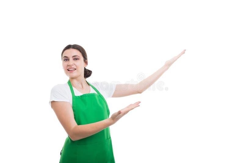 Aantrekkelijke vrouwelijke verkoper die iets op copyspace tonen royalty-vrije stock afbeeldingen
