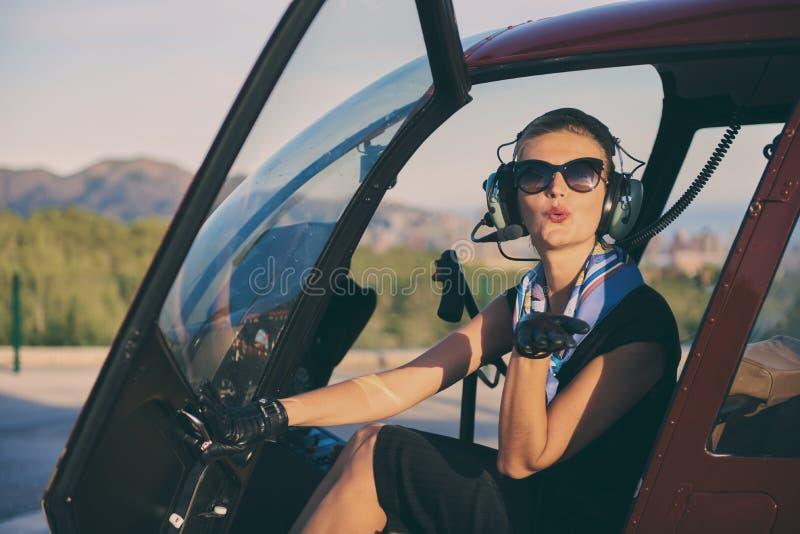 Aantrekkelijke vrouwen proefzitting in de helikopter royalty-vrije stock afbeeldingen