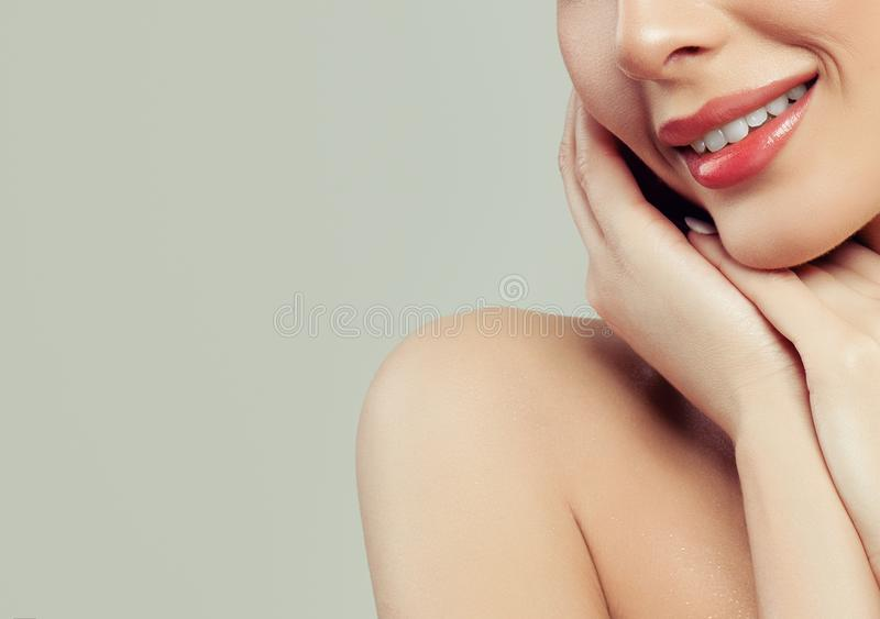Aantrekkelijke Vrouwenglimlach met Witte Tandenclose-up royalty-vrije stock foto's