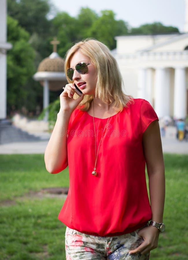 Aantrekkelijke vrouwenvraag telefonisch stock afbeelding