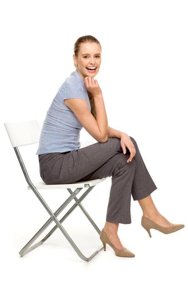 Aantrekkelijke vrouwenzitting op stoel royalty-vrije stock foto's