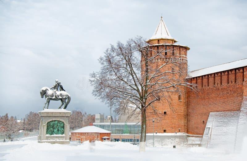 Aantrekkelijkheid in stad Kolomna het Kremlin met Marinkina-toren en het monument aan Dmitry Donskoy het historische centrum van royalty-vrije stock afbeelding
