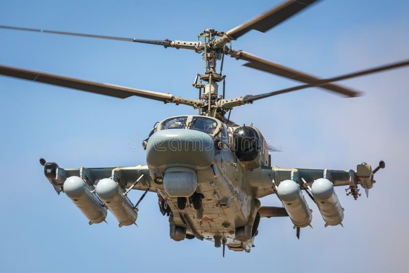 Aanvalshelikopter Ka-52 Alligator, noemde de vliegende tank Voorwaartse mening, tijdens de vlucht Close-up stock foto