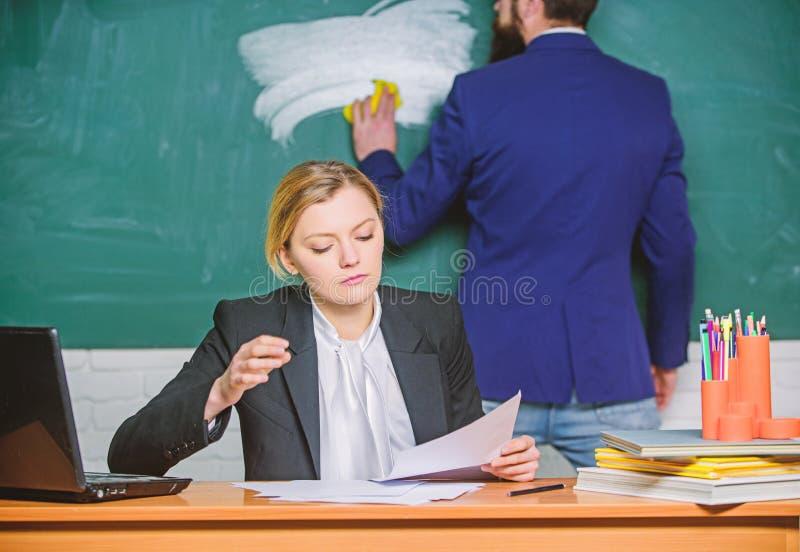 Aanvang om meer te leren Zakenman en Secretaresse Administratie Het leven van het bureau laptop en de documenten van het bedrijfs stock afbeelding