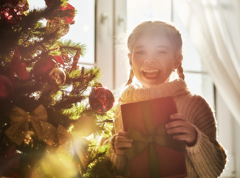 Aanwezige Kerstmis van de meisjesholding royalty-vrije stock afbeeldingen