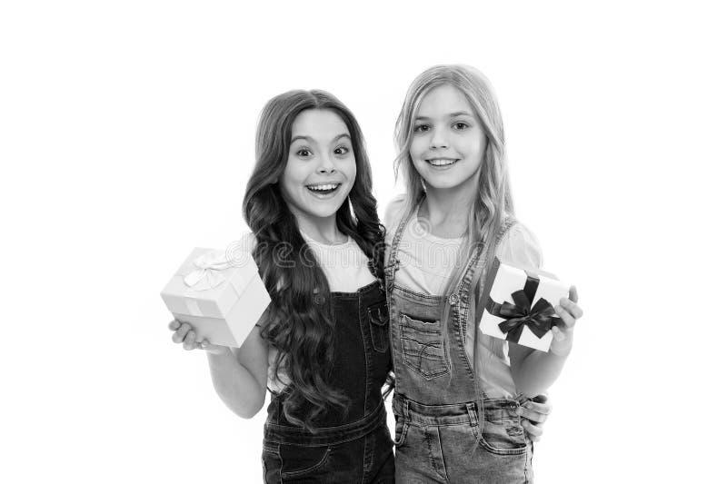 Aanwezige meisjes open vakantie Stelt de kinderen vrolijke greep voor Openingsgiften Perfect heden voor tienerjaren Het winkelen  stock foto's