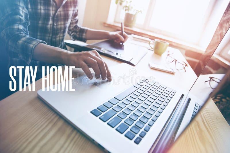 Aanwijzers handen met tablet en laptop aan tafel stock fotografie